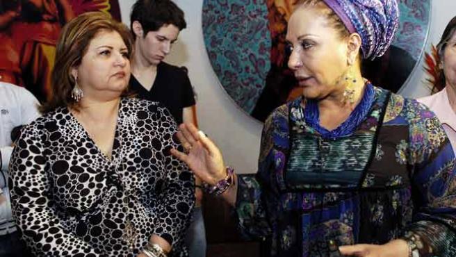 La senadora Piedad Córdoba (dcha.), con la esposa del ex diputado Sigifredo López, uno de los rehenes cuya liberación se ha anunciado (EFE)