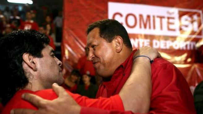 """Maradona, vestido con la camiseta con el """"Sí"""" al referéndum sobre la reelección, saluda a Chávez."""