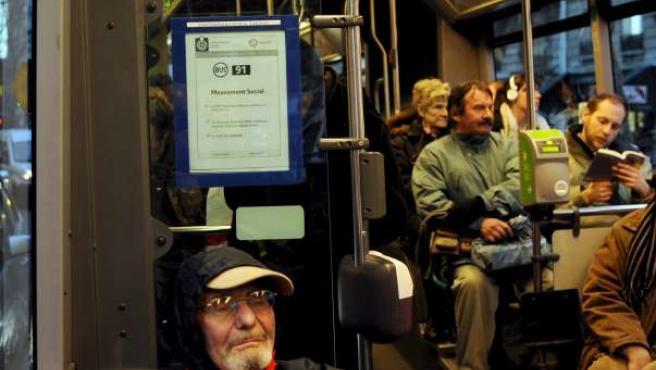Un cartel en un autobús en París anunciando las restricciones en el transporte debido a la huelga. (EFE/Guillaume Horcajuelo)
