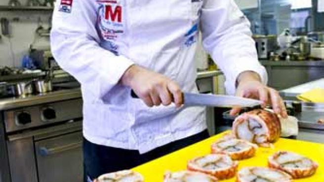 Ángel Palacios prepara en su restaurante de Madrid los platos que posteriormente presentaría al concurso.