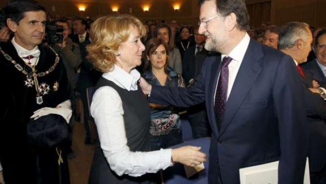 Espranza Aguirre y Mariano Rajoy se saludan bajo la atenta mirada de Soraya Sáez de Santamaría. (ARCHIVO)