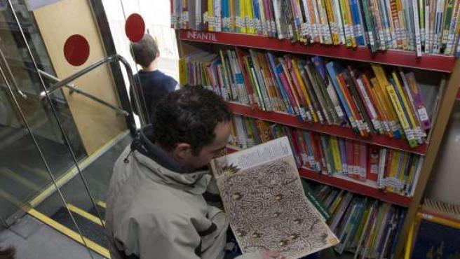 Un usuario ojea un libro de entre los muchos disponilbes en el servicio. (ARCHIVO)