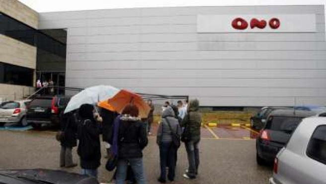 Trabajadores a las puertas de la sede de Ono en Boecillo.