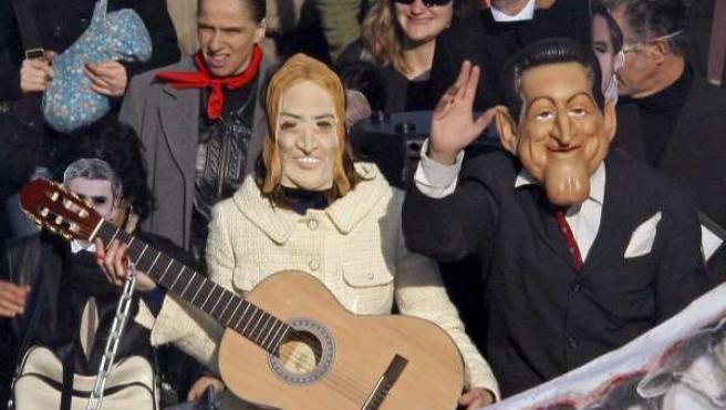 Varios manifestantes, caracterizados con máscaras de Nicolas Sarkozy y Carla Bruni, durante una marcha de protesta en Marsella (REUTERS).