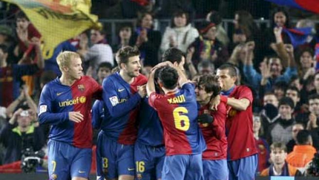 Los jugadores del Barcelona celebran un gol del partido. (EFE)