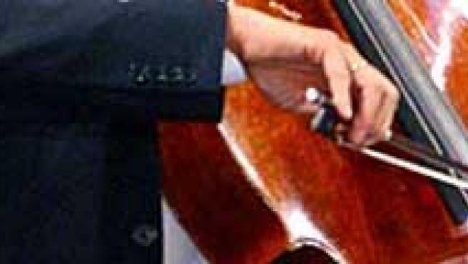 Músico tocando un violonchelo. ARCHIVO