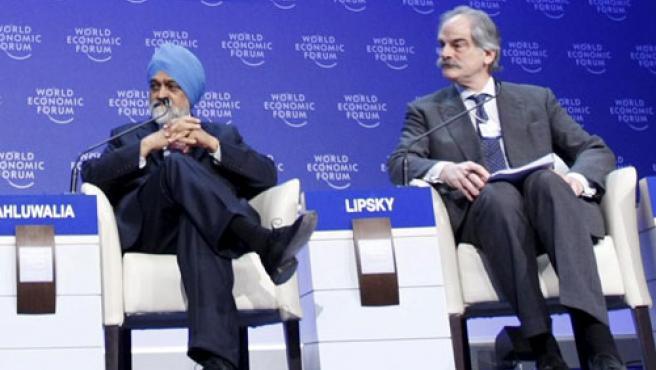El subdirector gerente FMI, John Lipsky (drcha.), durante la mesa redonda en la que ha participado en Davos. REUTERS