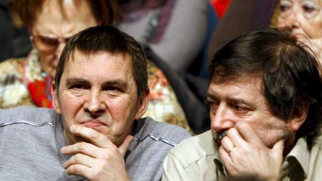 Arnaldo Otegi y Díez Usabiaga en el acto de este domingo. (FOTO: EFE)