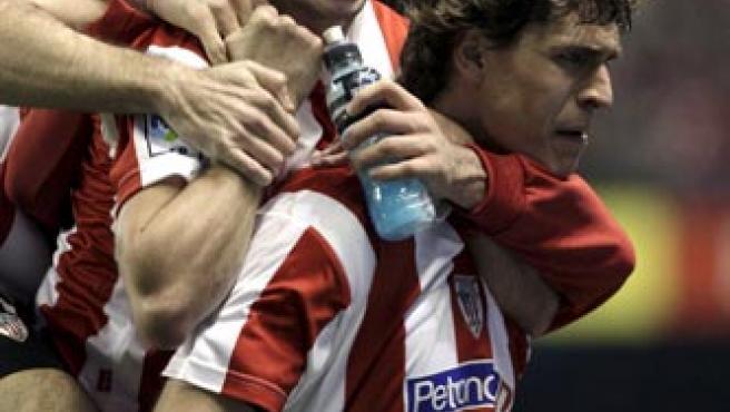 Fernando Llorente celebra su gol al Málaga con sus compañeros del Athletic.