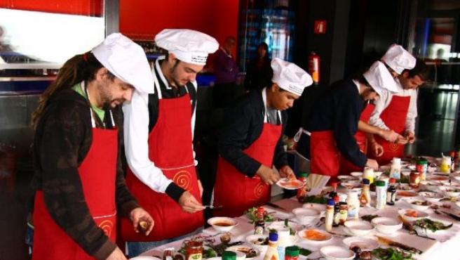 Los alumnos del curso, durante la clase del chef Salvador Gallego
