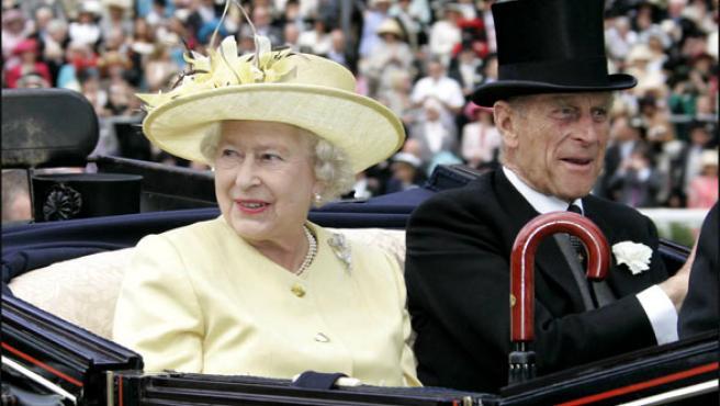 Isabel II (izda.) y Felipe de Edimburgo, en calesa durante la Royal Ascot (Foto: KORPA)