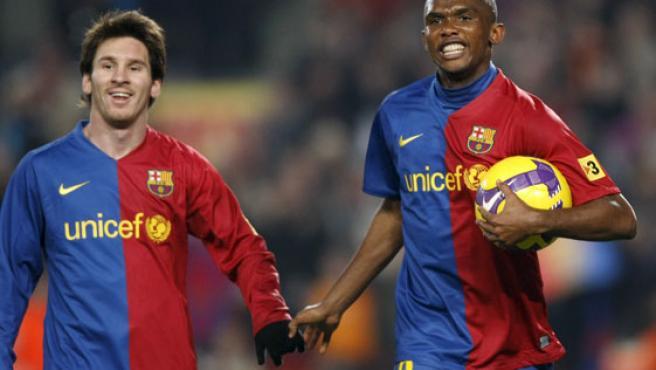 Leo Messi y Samuel Etoo, de la mano. (EFE)