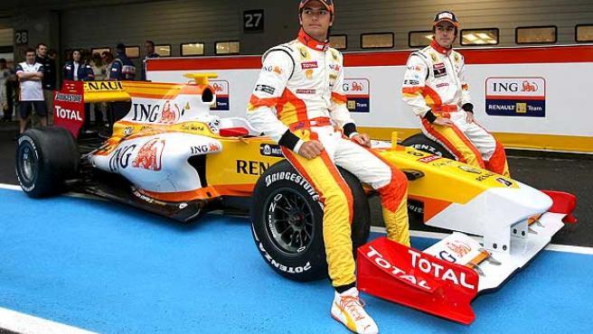 Piquet y Alonso, en la presentación del R29. (EFE)