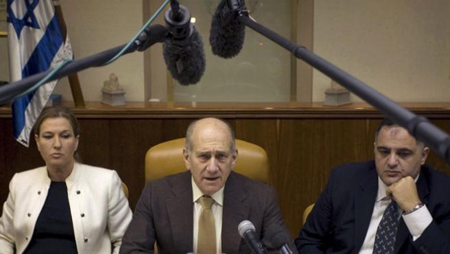 El primer ministro israelí, Ehud Olmert (centro) y la líder del Kadima, Tzipi Livni (izda.) durante una rueda de prensa.