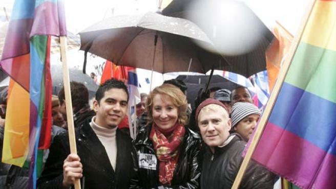 Esperanza Aguirre, flanqueada por dos banderas arco iris, símbolo del orgullo gay, durante un momento de la manifestación. (EFE)