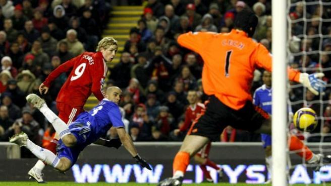 Fernando Torres se adelanta a la defensa del Chelsea y marca un gol para el Liverpool a Petr Cech.