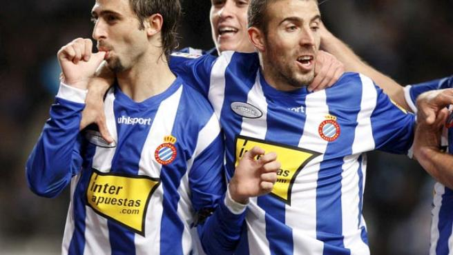 Nico Pareja celebra el gol del Espanyol con Luis García.