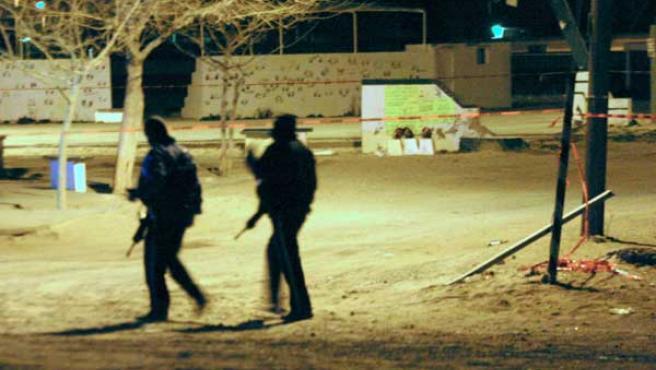 """Policias mexicanos del poblado """"El Millón"""", municipio de Ciudad Juarez (México), observan las tres cabezas humanas que fueron colocadas la noche del 31 de enero de 2009. (EFE)"""