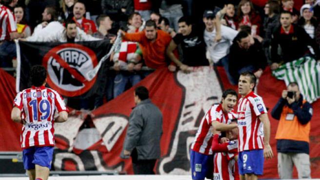 Diego Castro celebra el gol de la victoria ante el Sevilla con sus compañeros del Sporting.