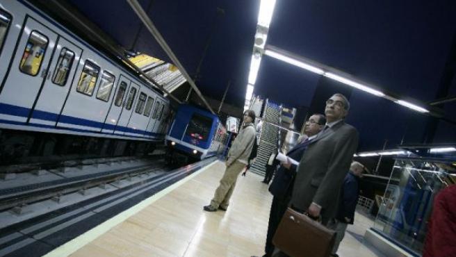 Usuarios del metro de Madrid esperan en el andén.