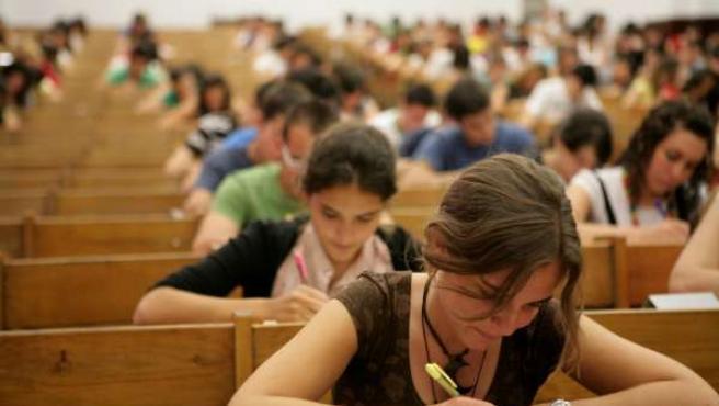 Estudiantes se examinan en la prueba de acceso a la Universidad. (ARCHIVO)
