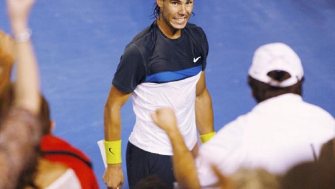 Rafael Nadal mira a Toni Nadal, su tío y entrenador. (REUTERS)