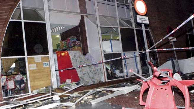 El tornado dejó así un comercio de la estación de autobuses (EFE).