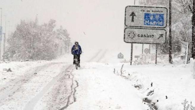 Un ciclista se abre paso entre la nieve en Torrelodones. (ARCHIVO)