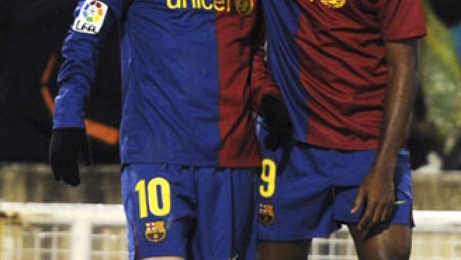 Samuel Eto'o (dcha) y Lionel Messi celebran un gol del argentino.