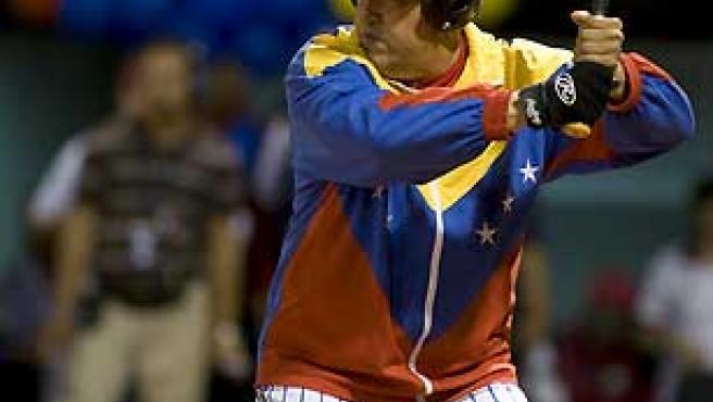 Hugo Chávez, este domingo en un partido de softball en Venezuela. (Carlos Garcia Rawlins / Reuters).