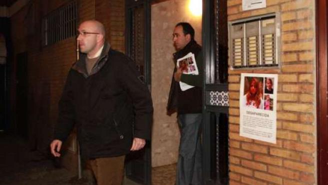 Javier, tío de Marta, en el portal del domicilio de la joven.