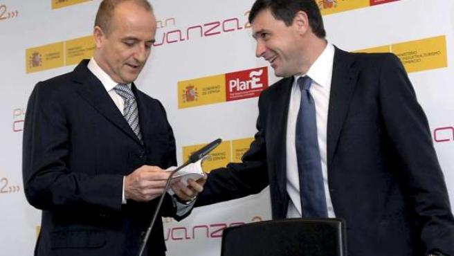 El ministro de Industria, Miguel Sebastián (i), acompañado por el secretario de Estado de Nuevas Tecnologías, Francisco Ros (EFE).