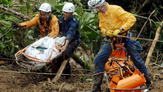 Labores de rescate tras el accidente en el que un autobús se precipitó al río Atrato, en Colombia (E. DOMÍNGUEZ / EFE)