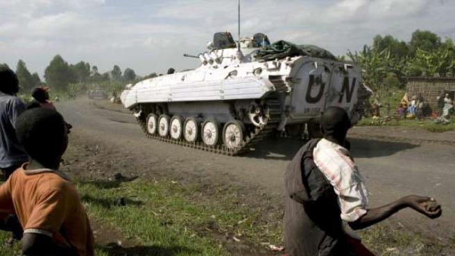 Un hombre lanza una piedra contra un blindado de la ONU en la RDC.