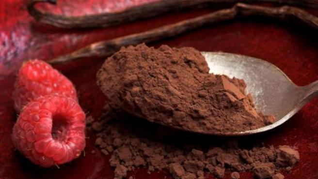 Una cucharada con polvos de cacao.