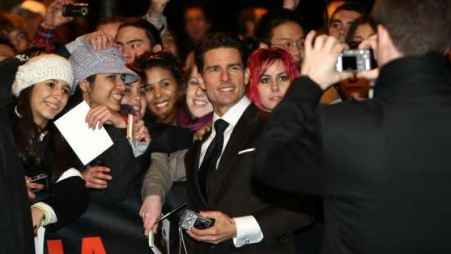 Tom Cruise rodeado de fans. (ARCHIVO)