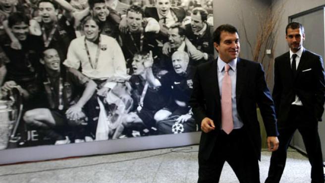 Joan Laporta (izda.), con el entrenador del Barça, Guardiola. (EFE)