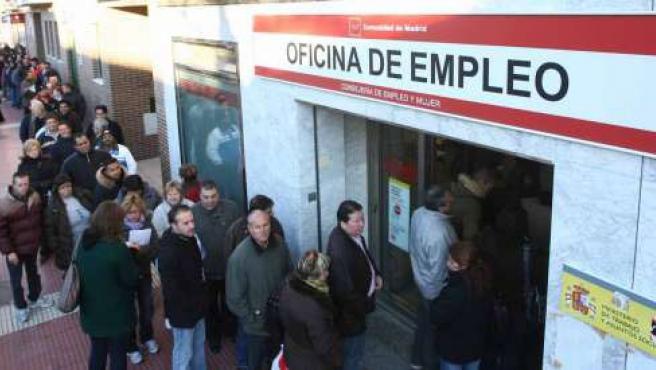 Cola del paro en la oficina del Inem de Torrejón, Madrid (J. PARÍS)