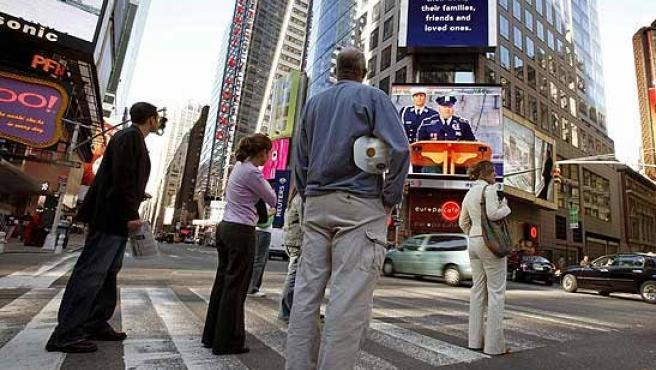 Ciudadanos de Nueva York en un cruce de Times Square. (REUTERS)