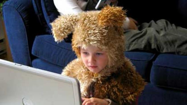 Un niño navega por Internet con el portátil de sus padres.