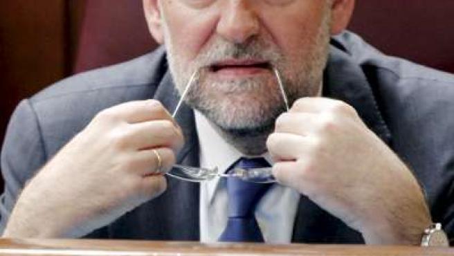 Mariano Rajoy muerde las gafas durante una sesión en el Congreso (ARCHIVO)