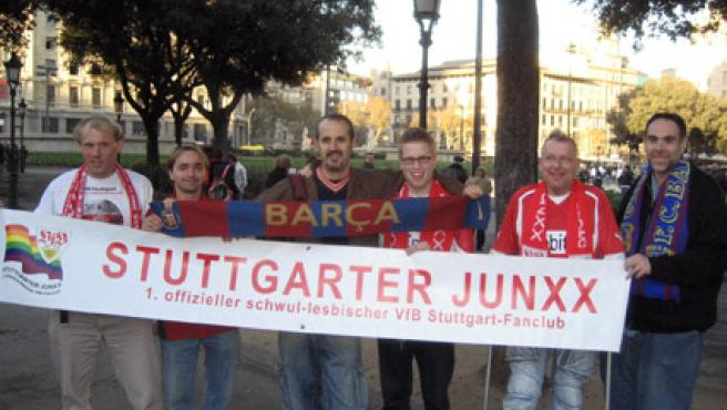 Miembros de la peña de gays y lesbianas del FC Barcelona junto a aficionados del Stuttgart. (penyagl.blogspot.com)