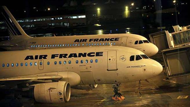 Aviones en la pista del aeropuerto Charles de Gaulle en París, tras la suspensión de sus operaciones. (EFE)