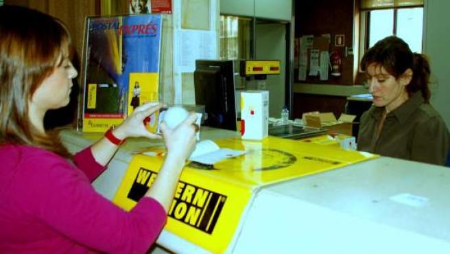 El reparto de las bombillas de bajo coste arranca en las oficinas de Correos de Aragón.