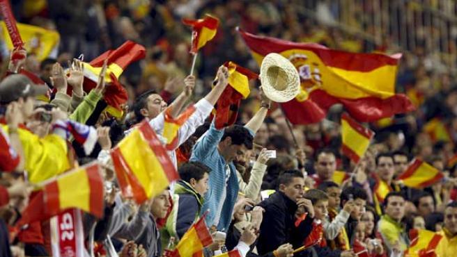 Aficionados de la selección española de fútbol en el estadio Sánchez Pizjuán de Sevilla (Efe).