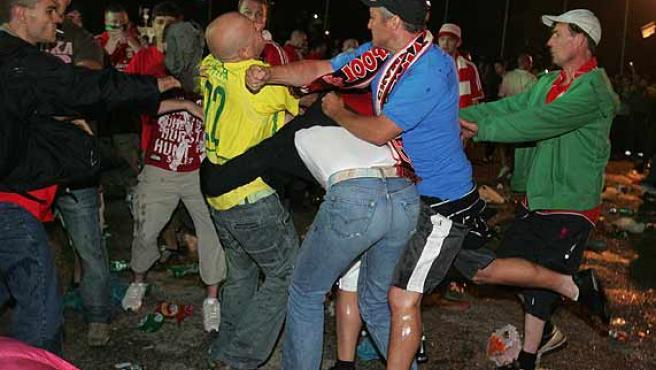 Seguidores del Liverpool y del AC Milán pelean en el Syntagma Square tras la victoria del club italiano por 2-1 en la final.