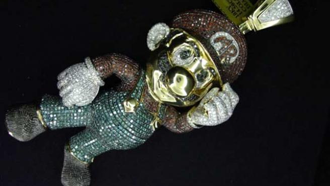 Colgante de oro y diamantes con la forma de Super Mario.