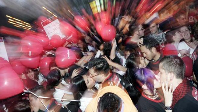 Un grupo de jóvenes, participando en la gran 'besada' en la plaza de Soledad Torres Acosta. FOTO: JORGE PARÍS