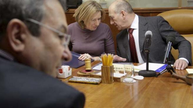 La ministra de Exteriores israelí, Tzipi Livni, conversa con el primer ministro, Ehud Olmert, durante un Consejo de Ministros. EFE