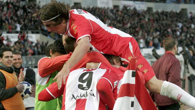 El delantero del UD Almería Álvaro Negredo es felicitado por sus compañeros tras marcar el tercer y último gol de su equipo. (EFE)